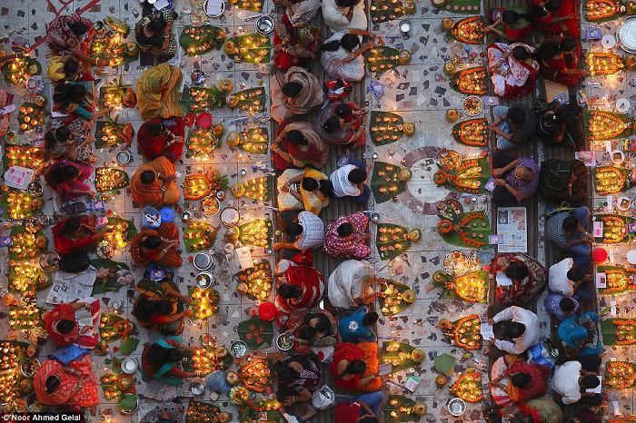 """Shwamibagh temple, Bangladesh"" di Noor Ahmed Gelal. La comunità Hindu celebra celebrating il festival di Rakher Upabas."